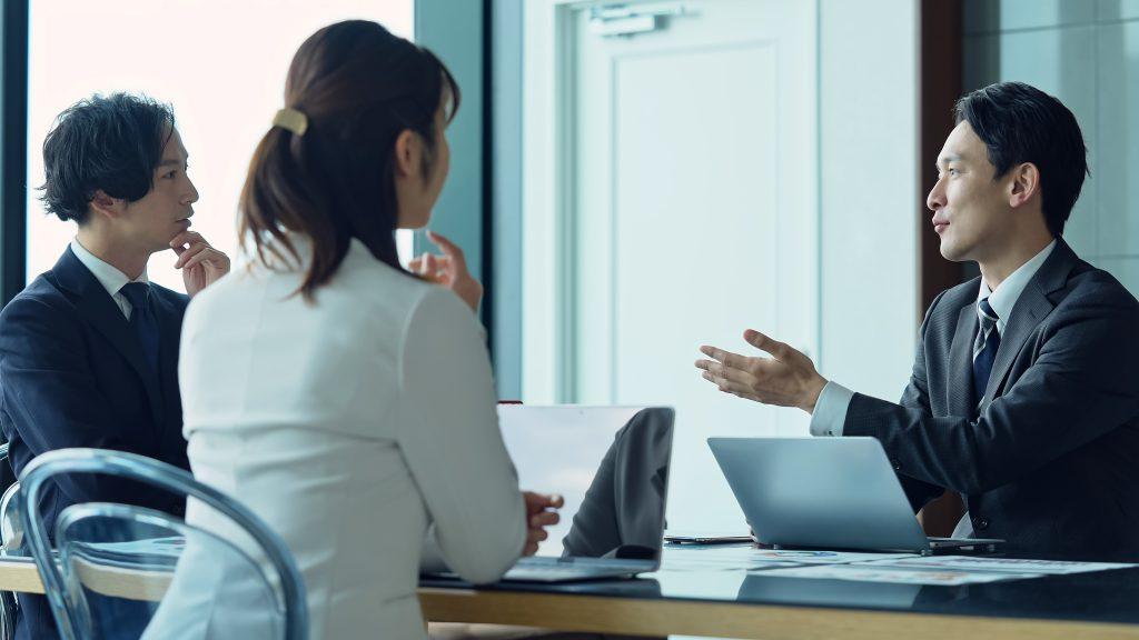 ミーティング中のビジネスマンの画像